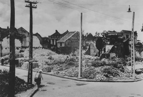 Phố thợ rèn-nay là phố lò rèn, chiến sự cuối năm 1946 đầu 1947, bị tàn phá nghiêm trọng, nhà cửa bị đổ hoặc bị hư hại nặng.