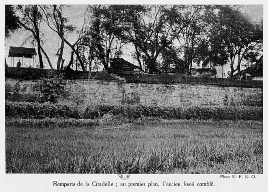 Tường thành Hà Nội, phía trước là hào cũ đã bị lấp.