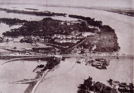 Cầu Long Biên trong trận lũ năm 1926.