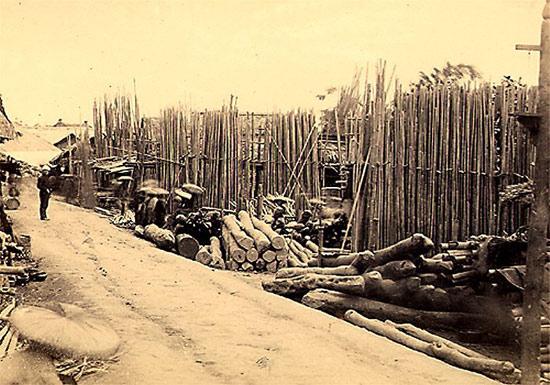 000.Chợ bờ sông Hồng-Khu bán gỗ thời xưa. Gỗ thường được chở bằng thuyền, bè xuôi theo sông Hồng từ thượng nguồn về.