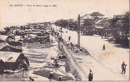000.Ảnh những nhà thuyền ven sông chụp năm 1910.