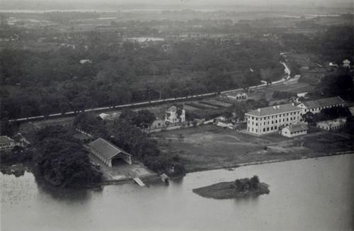 Nhà ga thủy phi cơ từ thời Pháp thuộc - theo ông Quốc, khu vực nơi này vốn thuộc sự quản lý của ông Schneider - một ông trùm về truyền thông, in ấn và làm báo và sản xuất giấy, gắn liền với nhà bát giác hiện còn trong khuôn viên trường Chu Văn An. Sau này, ngày 9/12/1908, nơi này được Toàn quyền Đông Dương Klobukowski ra quyết định thành lập Collège du Protectorat (Trường Thành chung Bảo hộ - tương đương trường cấp II hiện nay)). Năm 1931, trường được nâng cấp thành một Lycée (tương đương trường cấp III hiện nay) - Lycée du Protectorat (Trường Trung học Bảo hộ), sau đó là trường Bưởi, nay là trường Chu Văn An.
