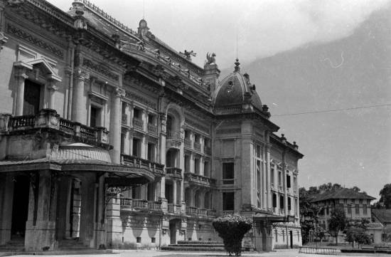 000a.Hanoi 1940 - Side view of the Opera House