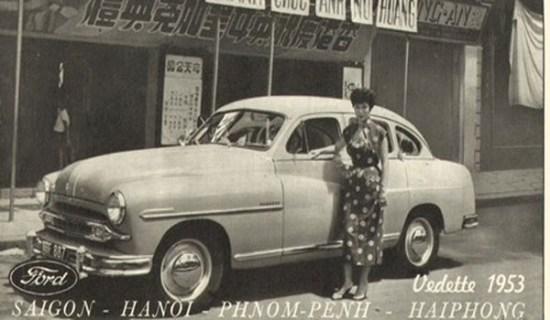 Mẫu quảng cáo cho xe Vedette đời 1953 này lấy bối cảnh ở Chợ Lớn.