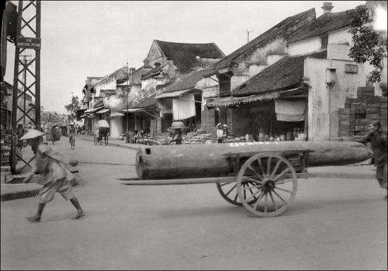 000d.Hanoi in the 1930s - Ngã tư Phố Nguyễn Hữu Huân (Rue Maréchal Pétain) với Phố Hàng Mắm (Rue de la Saumure)