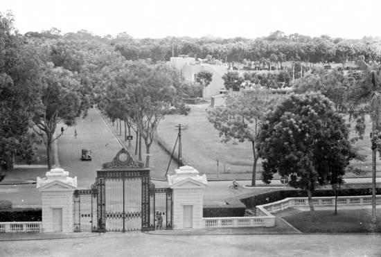 Ha Noi-1940 View from Presidential Palace to gate and parkway in Hanoi (Nhìn từ Phủ Chủ Tịch ngày nay ra cổng ngoài đường)
