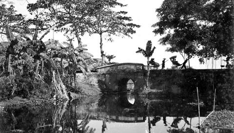 001.Cầu nằm ở phía Tây thủ đô, bắc qua nhánh nhỏ sông Tô Lịch. Ảnh chụp năm 1883.