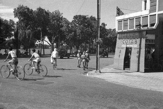 Hanoi 1940 - Cảnh quan đầu phố Tràng Tiền nhì ra Hồ Gươm ngày nay.