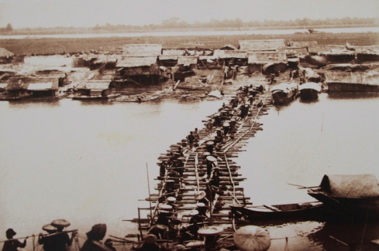 001.Lúc này, cầu Long Biên bắc qua sông Hồng chưa hình thành. cho thấy vai trò của giao thông đường thủy bằng thuyền gỗ, bè mảng truyền thống