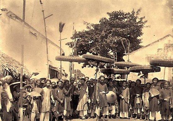 001.Quan Tổng-Ðốc Hà Nội và đoàn tùy tùng vào ngày 14-07-1884