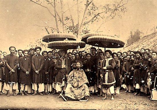 001.Quan Tổng-Ðốc Hà Nội và đoàn tùy tùng