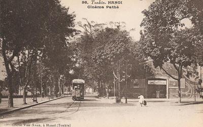 Rạp Pathé nằm ở khu đất trống cạnh đền Bà Kiệu, trước mặt đền Ngọc Sơn.