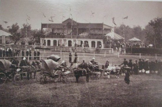 001.Sân Quần Ngựa khi mới được xây dựng. Ảnh chụp từ bộ ảnh của Rousseau trưng bày tại Thư viện Quốc gia
