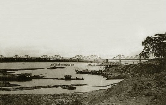 001.Trên bến sông Hồng - Bords du Fleuve Rouge