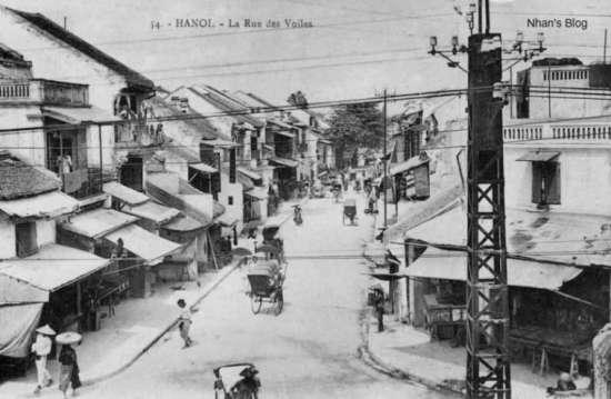 Phố Hàng Buồm nhìn từ phố Đào Duy Từ.