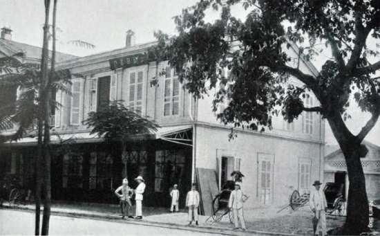 Cửa hàng bách hóa anh em nhà Debeaux, ngày nay là Nhà triển lãm 45 Tràng Tiền, ảnh chụp khoảng cuối thế kỉ XIX. Lô đất trống bên cạnh ngày nay là dãy cửa hàng sách và văn hóa phẩm 51- 53 - 55 Tràng Tiền. Ngôi nhà ở sân sau cửa hàng là vị trí khách sạn Artist Hanoi ngày nay. Ngõ 49 Tràng Tiền dẫn vào khu vực này.