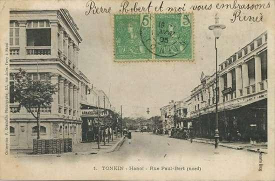 NXB Schneider ở bìa trái ảnh. Tuy nhật ấn đóng dấu tháng 11 năm 1905, nhưng ảnh được chụp trước năm 1901, vị trí sau này là Nhà hát lớn là một vùng cây xanh. Đây cũng là hình ảnh sớm nhất của khách sạn Hà Nội (bìa phải) với kiến trúc đơn giản.