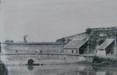 002.Điện Long Thiên chuyển thành trạm lính phòng thủ (1884 – 86). Ảnh- Hocquard.