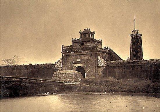 002.Cửa thành Bắc-Ninh mà quân đội Pháp đã tràn vào
