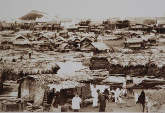 002.Hà Nội xưa gọi là Kẻ Chợ bởi tự thân là một cái chợ lớn đáp ứng nhu cầu một thời là kinh đô của những vùng xung quanh
