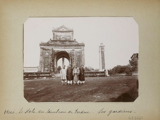002.Hue (1896-1900) – La stèle du tombeau de Tu-Duc – Les gardiens