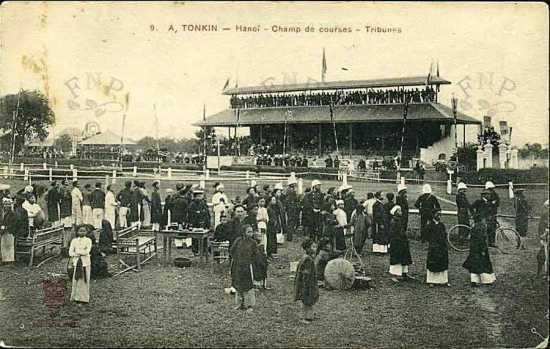 """002.Trường đua ngựa mà nhiều người hay gọi là sân Quần ngựa ở Hà Nội có từ rất sớm. Cuốn """"Le Vieux Tokin"""" (Bắc kỳ xưa)"""