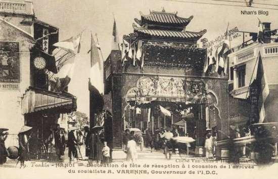 Cổng chào dựng đầu phố chào mừng toàn quyền Alexandre Varenne sang nhận chức. Sự kiện này cho biết bức ảnh được chụp năm 1925