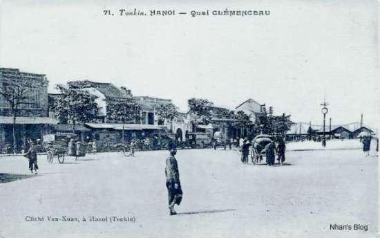 Hướng chụp về phía đường Trần Nhật Duật (Quai Clémenceau). Cột Đồng Hồ cách cầu Long Biên vài trăm mét, đối diện với ngôi chùa nhỏ nằm xen trong khu dân cư.