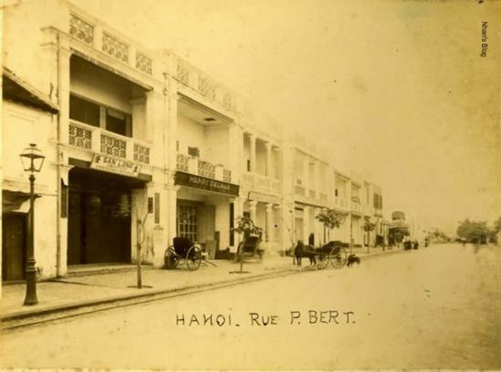 Hàng Khay là một con phố ngắn dài khoảng hơn 100m. Khi quân Pháp bắt đầu chiếm Hà Nội, trên rẻo đất này mọc những ngôi nhà mới, hai tầng, thậm chí ba tầng. Các cửa hàng của ngưòi Việt xen lẫn của người Pháp.