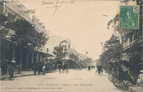 Sang những năm đầu của thế kỉ XX, con phố này thay đổi rất nhanh. Post lại bức ảnh ngã tư Tràng Tiền - Hàng Bài với nhà Godard ở bên trái để dõi theo những thay đổi trên đoạn phố này