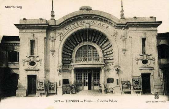 Toà nhà trong khung hình mầu đỏ trên phố Tràng Tiền (Rue Paul Bert) ở bức ảnh trên chính là rạp Palace. Rạp khởi công xây dựng năm1917 và hoàn thành năm 1920, kiến trúc cổ điển, thuần túy châu Âu cân đối hài hòa về tỷ lệ.