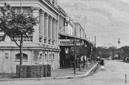Từ NXB Schneider qua 3 số nhà, nằm trực diện với phố Nguyễn Khắc Cần là ngôi nhà sau này vào năm 1907 sẽ là nhà in Viễn Đông