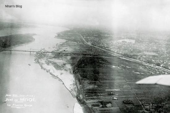 Cầu Long Biên nhìn từ trên cao, bên phải là Hà Nội.
