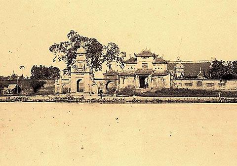 Còn tấm ảnh chụp Tháp Hoà Phong cho thấy Hồ Gươm xưa đã bị người Pháp lấp và thu hẹp lại như hiện nay.