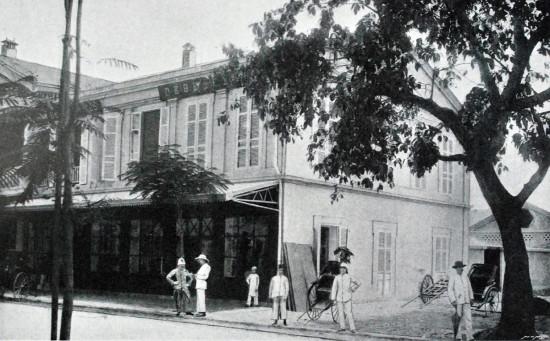 003.Cửa hàng của hai anh em Debeaux trên đường Paul Bert (khoảng 1900)