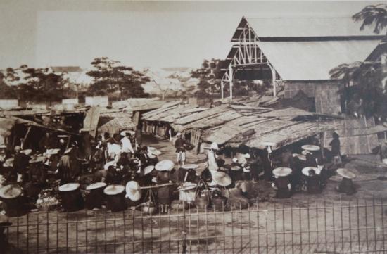 003.Chợ Đồng Xuân lớn hơn cả, cuối thế kỷ 19. Mái tôn là biểu hiện cho việc đã trở thành đô thị do Pháp quy hoạch