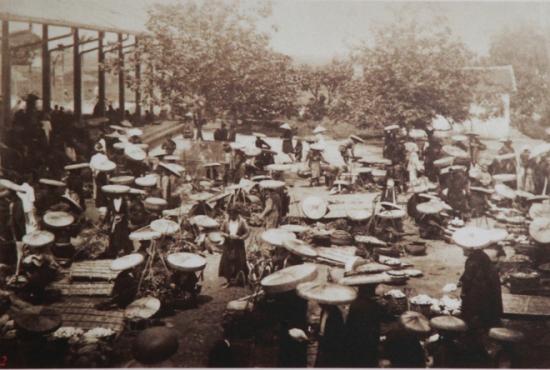 003.Chợ có khu vực bán rau quả kéo dài ra gần sông Hồng, gần với các bến bãi bán tre nứa được thả từ miền thượng du về.