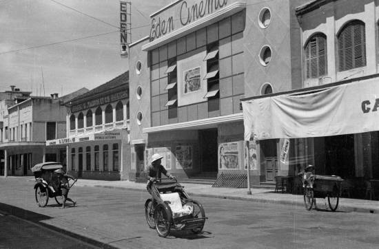 Hanoi 1940 - Rickshaws and drivers in front of Eden Cinema