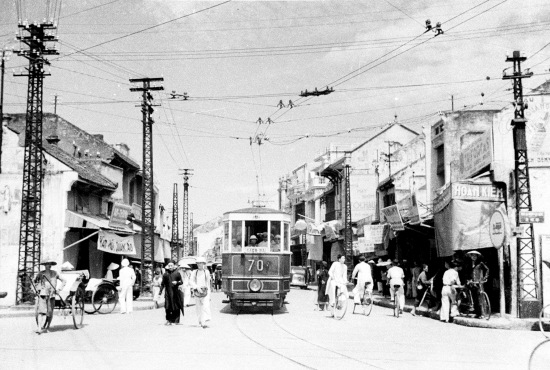 HANOI 1940 - City traffic with a street car, bicycles, and rickshaws - Tàu điện trên Phố Hàng Đào