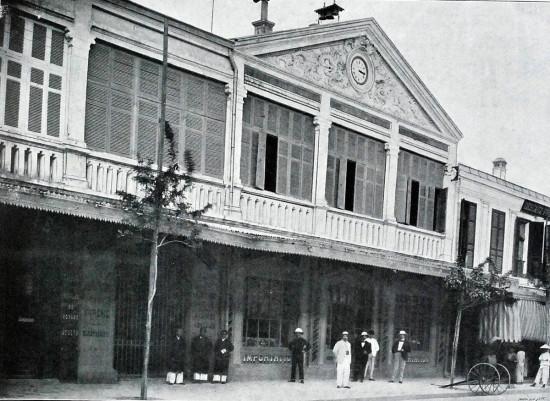 Bên ngoài một quán bar của người Pháp ở Hà Nội năm 1900.