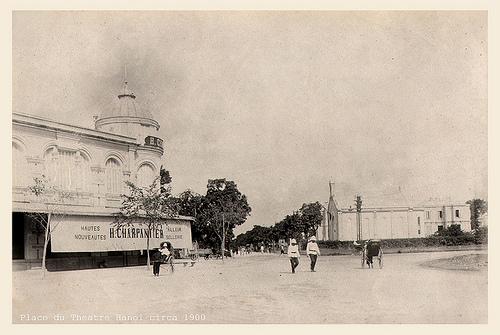 003.Quảng trường Nhà Hát Lớn Hanoi. Bên phải hình là Nhà thờ Tin Lành, sau này là trụ sở NXB Âm Nhạc c.1900
