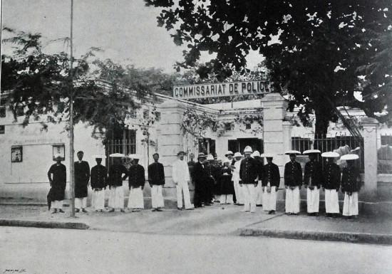 003.Sở Cảnh sát Hà nột- các mật thám Tây và ta (khoảng năm 1900)