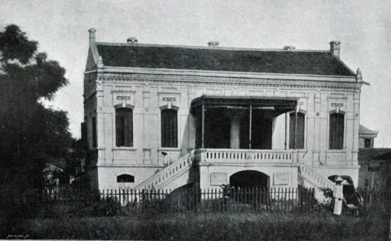 Một tòa nhà thuộc sở hữu của hiệu thuốc J. Blanc.