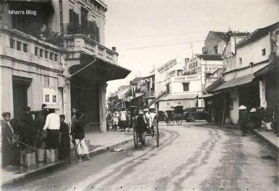 Góc chụp từ phố Mã Mây. Gặp lại dòng quảng cáo Nhan Hoa Duong - Bán thuốc đau mắt trên đầu hồi ngôi nhà quãng đầu phố