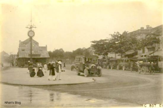 Do vị trí thuận lợi, nơi đây hình thành một bến ô tô, kéo dài từ ngôi chùa vào phố Nguyễn Hữu Huân. Bao quanh cột đồng hồ trơ vơ đã xuất hiện một đảo giao thông phân luồng xe.