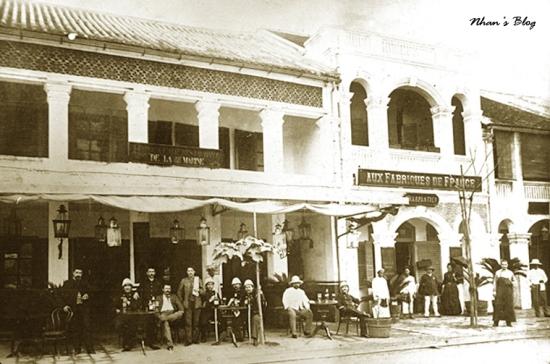 Một ngôi nhà trên  đường Paul Bert, năm 1895, không rõ thuộc đoạn Hàng Khay hay Tràng Tiền ngày nay