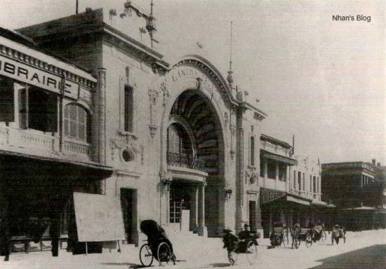 Các số nhà bên cạnh ken sát vào rạp làm mất đi một phần vẻ đẹp kiến trúc ban đầu của rạp.