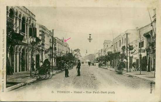 Năm 1900. Toàn cảnh phố Tràng Tiền nhìn về phía Bờ Hồ. Toà nhà có mũi tên mầu đỏ là Hotel Hanoi.