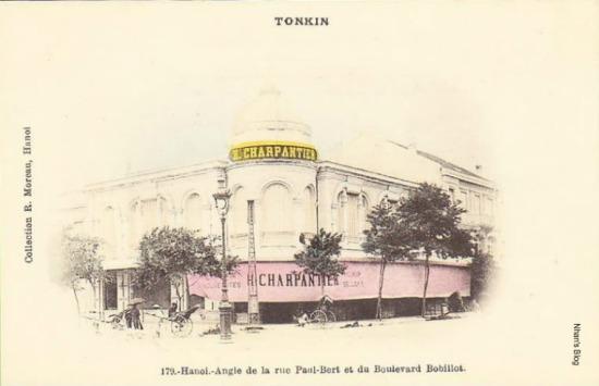 Tòa nhà mái vòm ở góc phố Paul Bert và Boulevard Bobillot (phố Lê Thánh Tông ngày nay). Ban đầu đó là cơ sở kinh doanh của H. CHARPANTIER