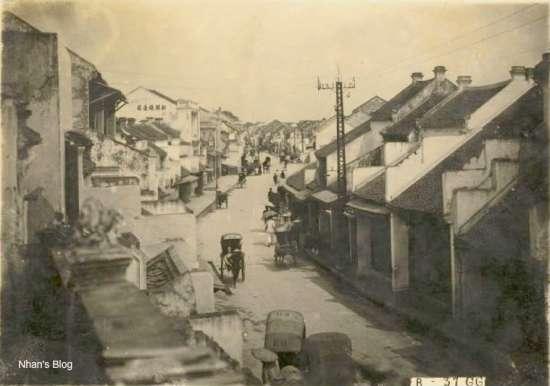 Khi quản lý thành phố, người Pháp cho tiến hành nắn đường, trải nhựa các con đường, lát hè phố, trồng cột điện chiếu sáng.